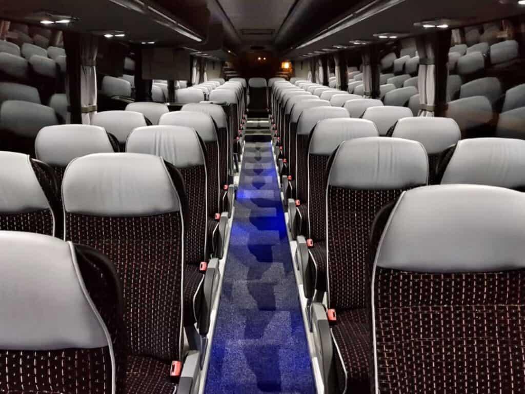 Wnętrze autokaru z kierowcą na wynajem Scania Touring