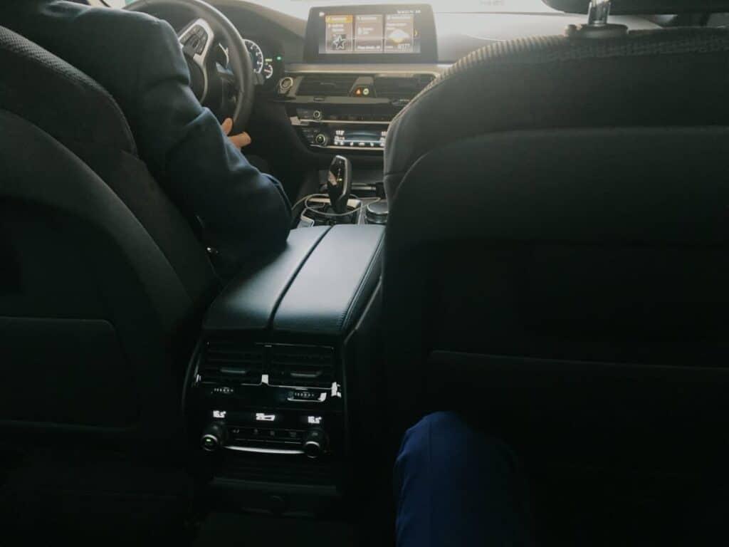 Limuzyna na wynajem, wnętrze BMW serii 5, alcantara
