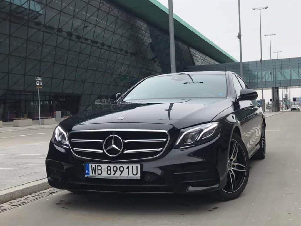 Limuzyna na wynajem, nowy czarny Mercedes-Benz E-klasa