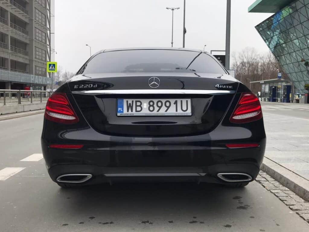 Limuzyna na wynajem, nowy czarny Mercedes-Benz E-klasa tył