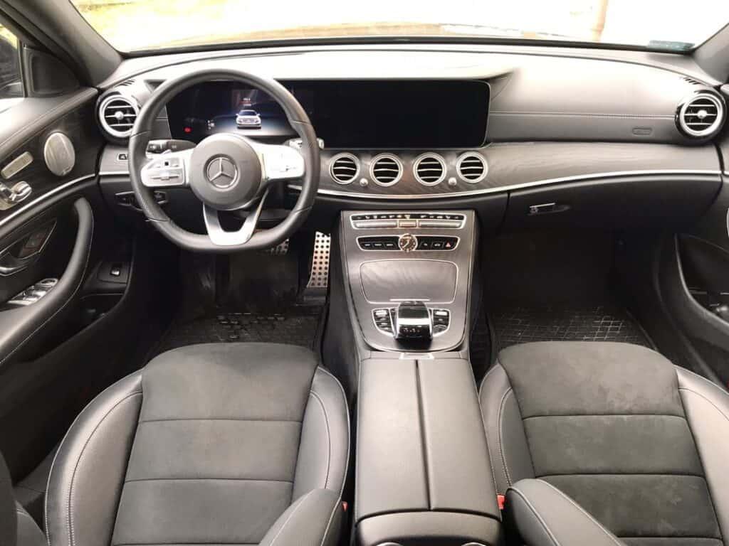 Limuzyna na wynajem, wnętrze nowego Mercedes-Benz E-klasa, skórzane fotele