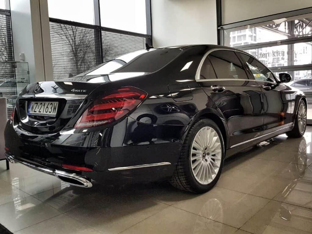 Limuzyna na wynajem, nowy czarny Mercedes-Benz S-klasa tył