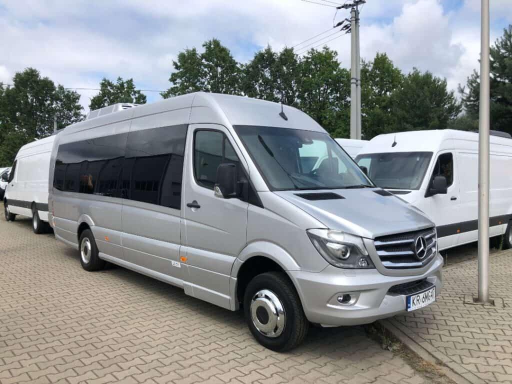 Minibus Mercedes-Benz Sprinter z dodatkowym bagażnikiem na wynajem z kierowcą Kraków