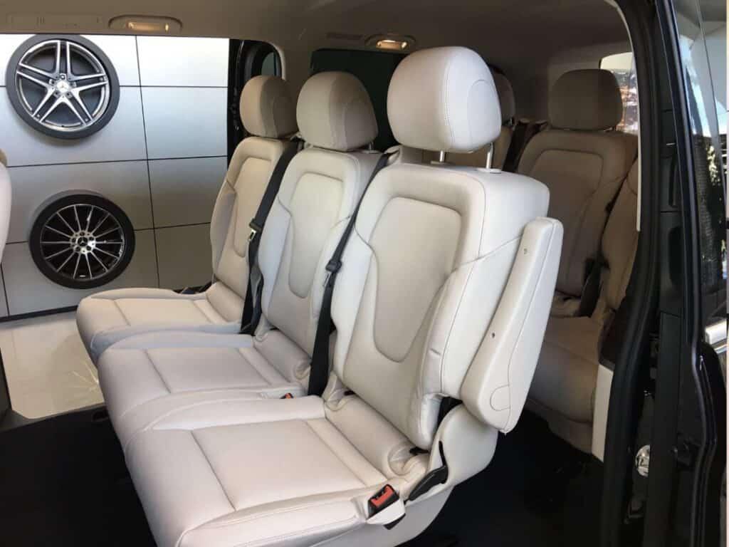 Minivan na wynajem, wnętrze nowego Mercedes-Benz V-klasa. Przestrzeń pasażerka, skórzane fotele