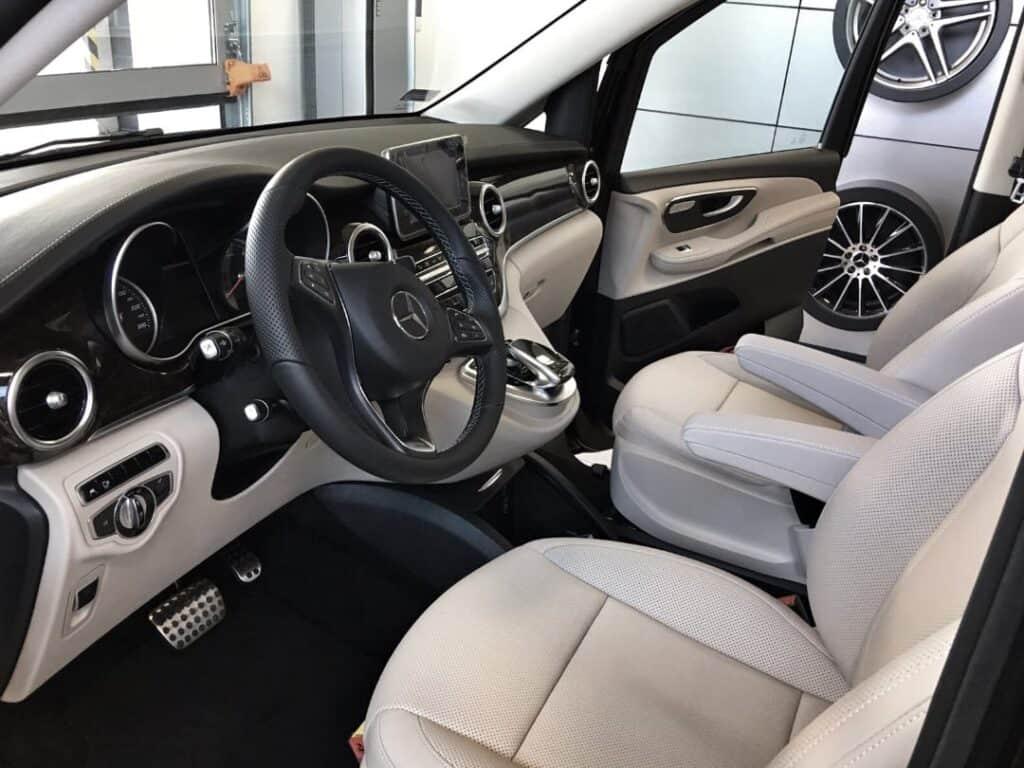 Minivan na wynajem, wnętrze nowego Mercedes-Benz V-klasa. Przestrzeń kierowcy, skórzane fotele