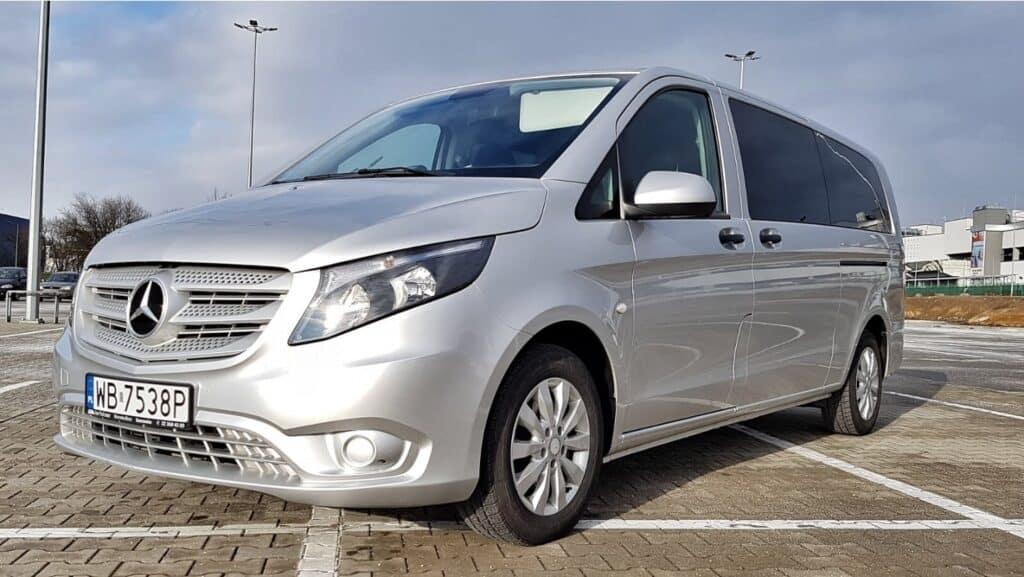 Minivan z kierowcą na wynajem, nowy srebrny Mercedes-Benz Vito