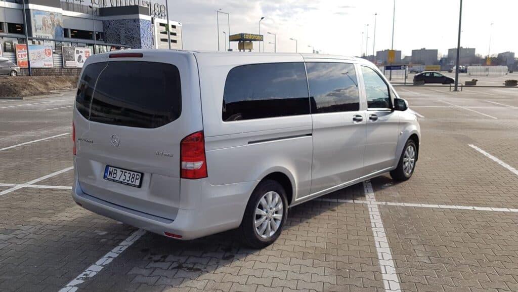 Minivan z kierowcą na wynajem, nowy srebrny Mercedes-Benz Vito tył